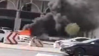 Photo of بالفيديو.. اشتعال النيران فجأة في سيارة متوقفة أمام مركز رياضي ظهراً