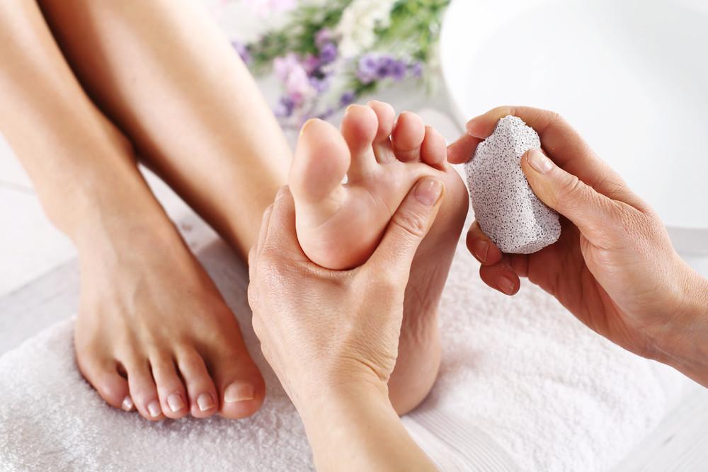 الطريقة الصحيحة لترطيب القدمين علاج تشقق القدمين مجلة رجيم
