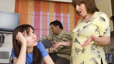 كيف تتصرفين إذا تشاجر زوجكِ مع والدته