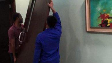 Photo of صور عميد كلية العلوم بالقنفذة الدكتور عمر الهزازي يخلع باب مكتبه