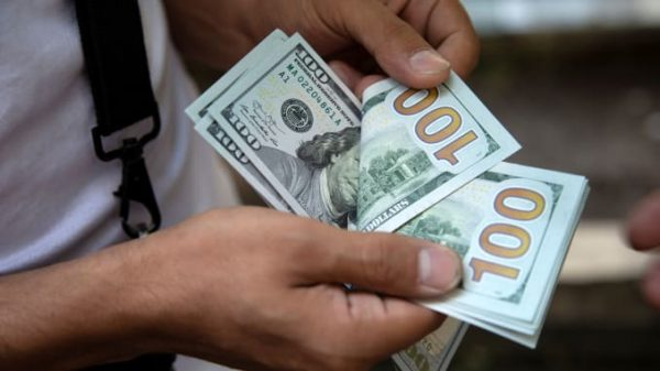 دولارات في اليد