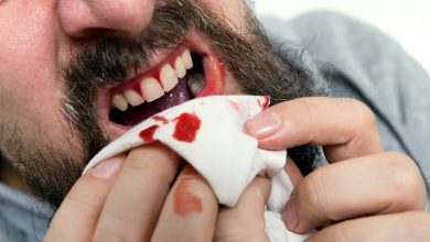 تفسير خروج الدم من الفم في الحلم , معنى رؤية نزول الدم من الفم في المنام